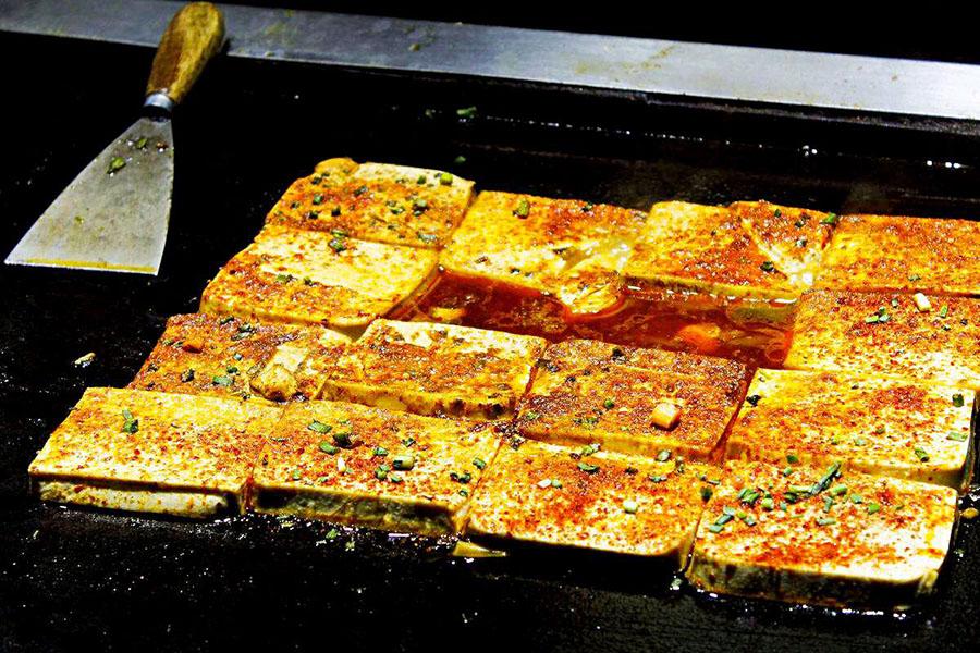 校门口摆摊卖铁板豆腐的经历,铁板豆腐利润大不大,挣钱么?